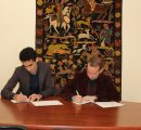 CEO of the Startup Armenia Foundation Arsen Harutyunyan and AUA Provost Dr. Randall Rhodes signing the MoU